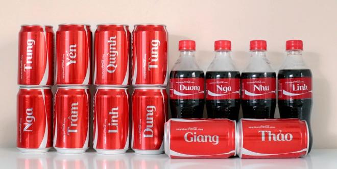 Bo suu tap Coca-Cola co mot khong hai o Sai Gon hinh anh 4 Trao Coca-Cola có in tên người thân là cách kết nối thú vị trong gia đình.