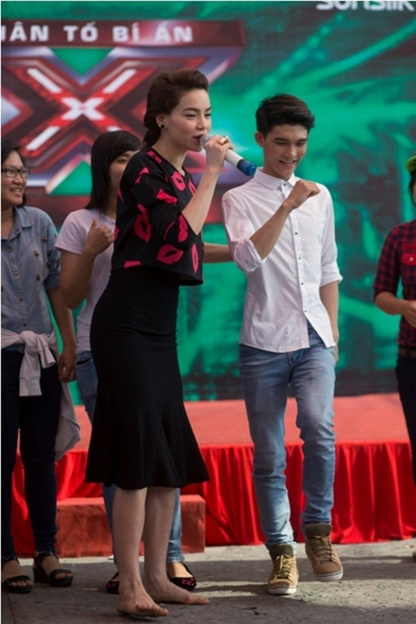 4 yeu to giup Ha Ho ghi diem tai Nhan to bi an hinh anh 1    Hồ Ngọc Hà sẵn sàng để chân trần dạy nhảy cho các thí sinh.