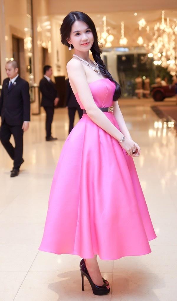 Nhung my nhan Viet co lan da trang khong ti vet hinh anh 1 Ngọc Trinh luôn được nhắc đến với hình ảnh trắng sáng không tì vết. Cô cũng là một trong những người mẫu có làn da đẹp nhất Vbiz.