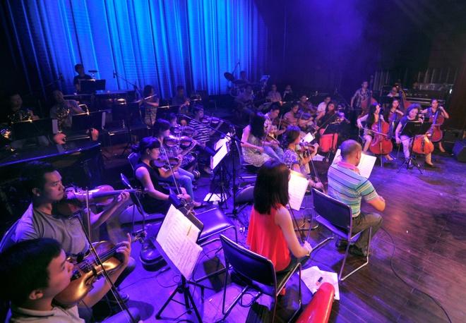 Hong Nhung, Thanh Lam doi lap phong cach tren san khau hinh anh 10   Dàn nhạc giao hưởng với sự chỉ đạo của nhạc trưởng Lê Phi Phi là điểm nhấn góp phần làm nên sự hoành tráng của đêm nhạc này.