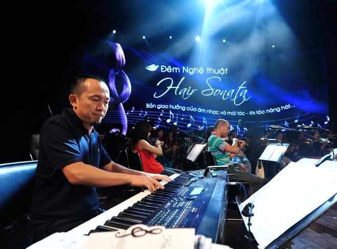 Hong Nhung, Thanh Lam doi lap phong cach tren san khau hinh anh 13      Giám đốc âm nhạc Quốc Trung chơi keyboard cùng ban nhạc.