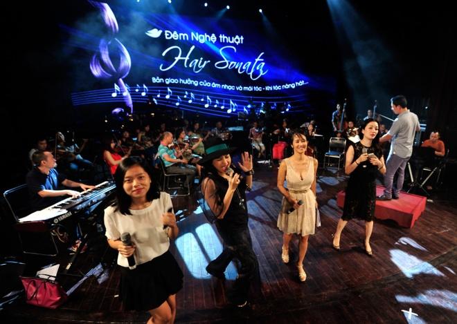 Hong Nhung, Thanh Lam doi lap phong cach tren san khau hinh anh 14      Đêm nghệ thuật Hair Sonata do nhãn hàng Dove đồng hành được lấy cảm hứng từ cây violin có dây vĩ làm từ tóc. Các nghệ sĩ hy vọng đây sẽ là sự tôn vinh vẻ đẹp dịu dàng của người phụ nữ Việt.