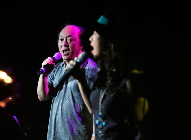Hong Nhung, Thanh Lam doi lap phong cach tren san khau hinh anh 7         NSND Trung Kiên góp giọng cùng Thanh Lam trong một sáng tác nổi tiếng của Dương Thụ.