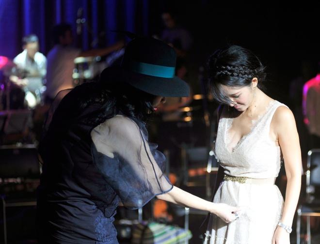 Hong Nhung, Thanh Lam doi lap phong cach tren san khau hinh anh 9      Trong lúc giải lao, Thanh Lam ân cần chỉnh lại váy áo cho Hồng Nhung. Cả hai đều sinh ra ở Hà Nội, cùng một thế hệ và được tôn vinh là những giọng ca hàng đầu nhạc Việt.