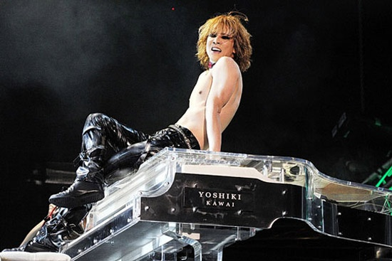 Nhung nhac cu doc dao lam tu chat lieu dac biet hinh anh 1 Yoshiki bên cây đàn danh tiếng gắn liền với tên tuổi của mình.