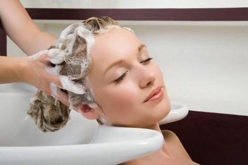 Nhung hieu biet sai lam ve dau goi hinh anh 1 Lượng dầu gội còn sót lại trên tóc khiến da đầu bị ngứa ngáy, khó chịu.
