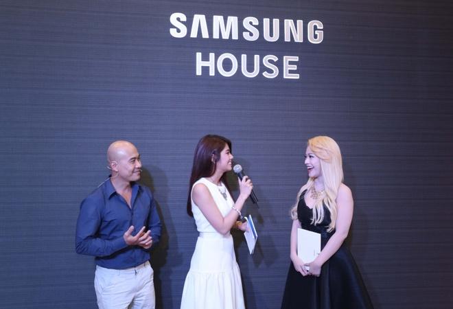Vừa qua, Thanh Hòa và nữ ca sĩ MiA (thí sinh Gương mặt thân quen) vừa trở thành những người chủ nhà đáng mến của Samsung House (88 Đồng Khởi, Quận 1, Tp. Hồ Chí Minh). Cả hai đã hào hứng giới thiệu đến khách mời một không gian sống hiện đại, tinh tế được bố trí hài hòa bởi những thiết bị điện tử gia dụng thông minh tại Samsung House.