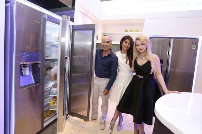 """Trong không gian bếp tại Samsung House, điều anh cảm thấy hài lòng và ưng ý nhất đó chính là sự xuất hiện của tủ lạnh Food Showcase. """"Không gian bên trong tủ được phân chia 3 khu vực rất khoa học, giúp việc tìm kiếm nguyên liệu mỗi khi nấu nướng trở nên thật dễ dàng"""", anh nói."""