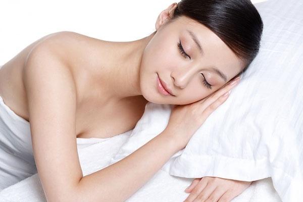 5 meo don gian giup ban gai tuoi tre hon hinh anh 1 Ngủ đủ giấc là cách đơn giản giúp bạn gái rạng rỡ hơn mỗi ngày.