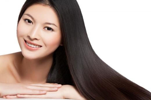 5 meo don gian giup ban gai tuoi tre hon hinh anh 3 Mái tóc khỏe mạnh sẽ giúp bạn gái trông rạng rỡ hơn.