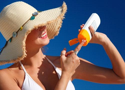 5 meo don gian giup ban gai tuoi tre hon hinh anh 4 Kem chống nắng giúp da chống lại những tác động xấu của ánh sáng mặt trời.