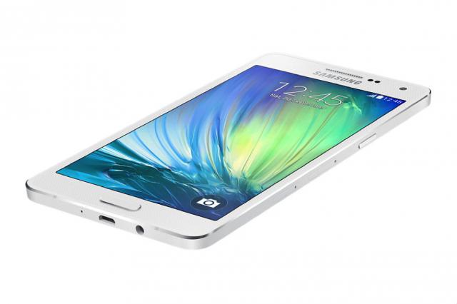 Chon smartphone cho nguoi ca tinh hinh anh 2 Với đường vuốt cong sáng và mềm mại, Galaxy A3 và A5 đã thu hút nhiều khách hàng trẻ trong những ngày đầu giới thiệu sản phẩm.