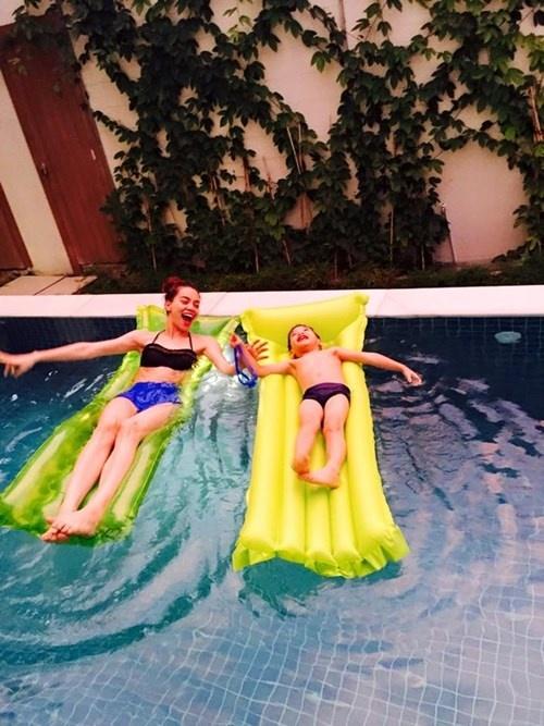 Hồ Ngọc Hà mới đây đã chia sẻ hình ảnh 2 mẹ con cùng đùa nghịch trong bể bơi tại chính ngôi nhà sang trọng của cô.