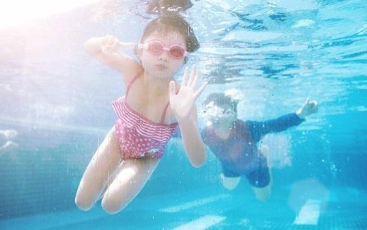 """Trần Bảo Sơn đưa bé DeVon đi bơi để giải tỏa cái nóng """"như thiêu như đốt"""" ở Sài thành."""
