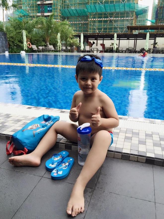 Quý tử nhà Thanh Thúy được trang bị đầy đủ túi dây rút, dép kẹp, bình nước, kính bơi… để có buổi đi bơi thú vị.