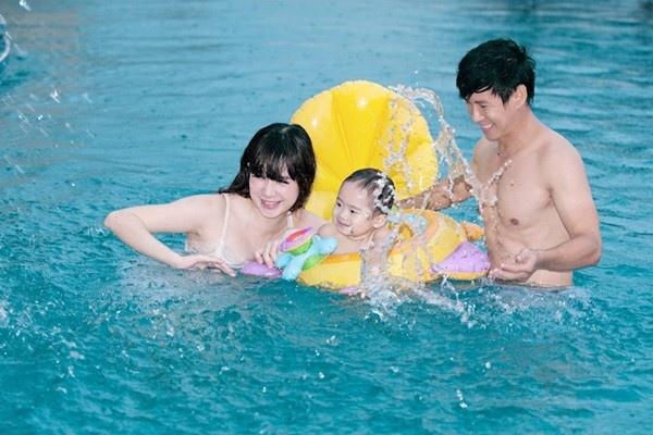 Gia đình Lý Hải, Minh Hà cũng thường có thói quen đưa con đi bơi mỗi khi rảnh rỗi.
