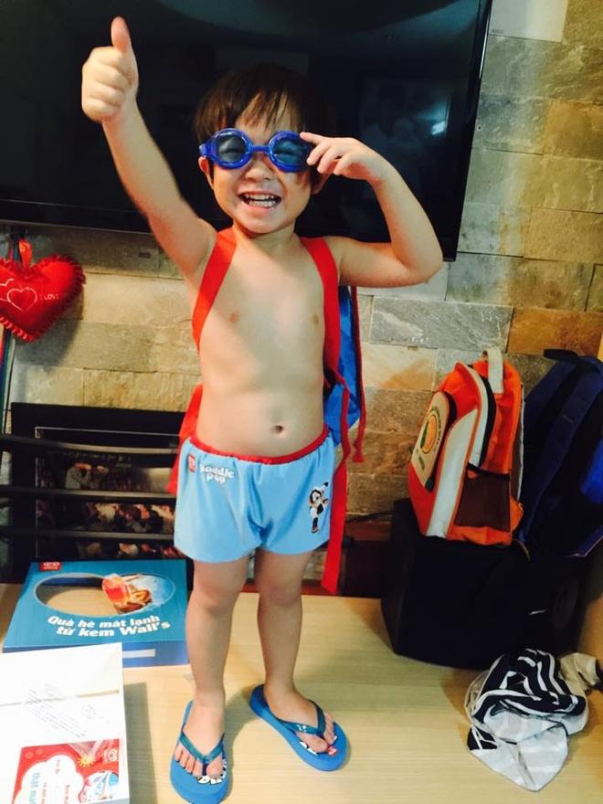 Cậu cả Rio cực thời trang khi diện kính bơi, dép kẹp quần bơi… cùng màu.