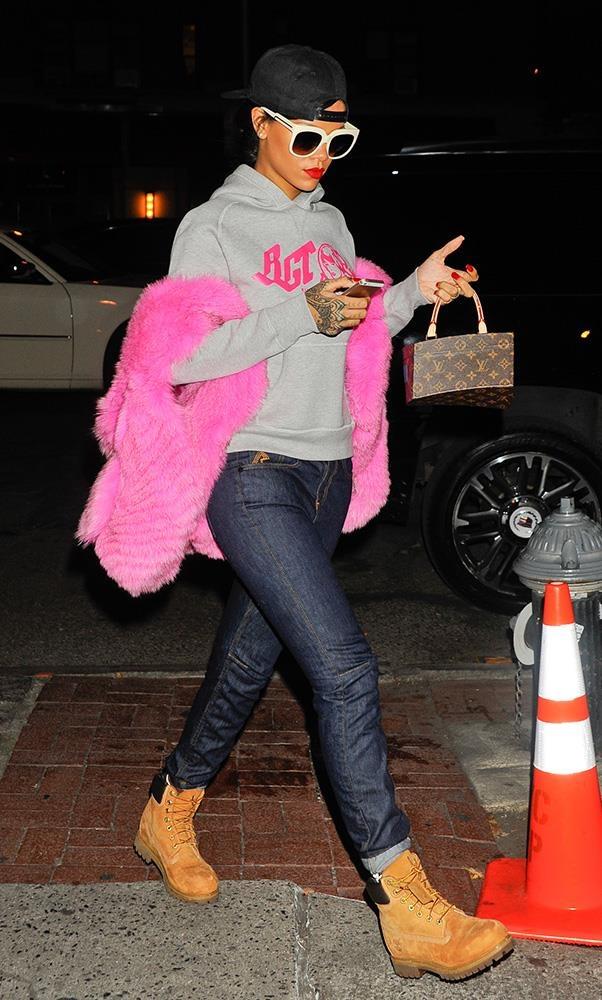 Rihanna bi bat gap xach tui Louis Vuitton 'khong ai co' tren tay hinh anh 3