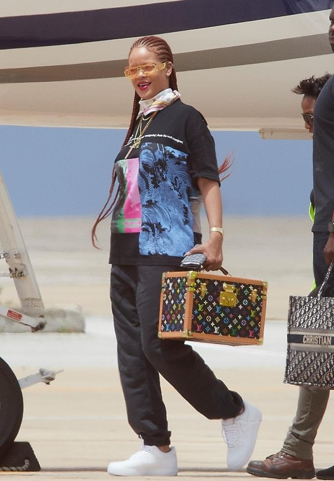 Rihanna bi bat gap xach tui Louis Vuitton 'khong ai co' tren tay hinh anh 1