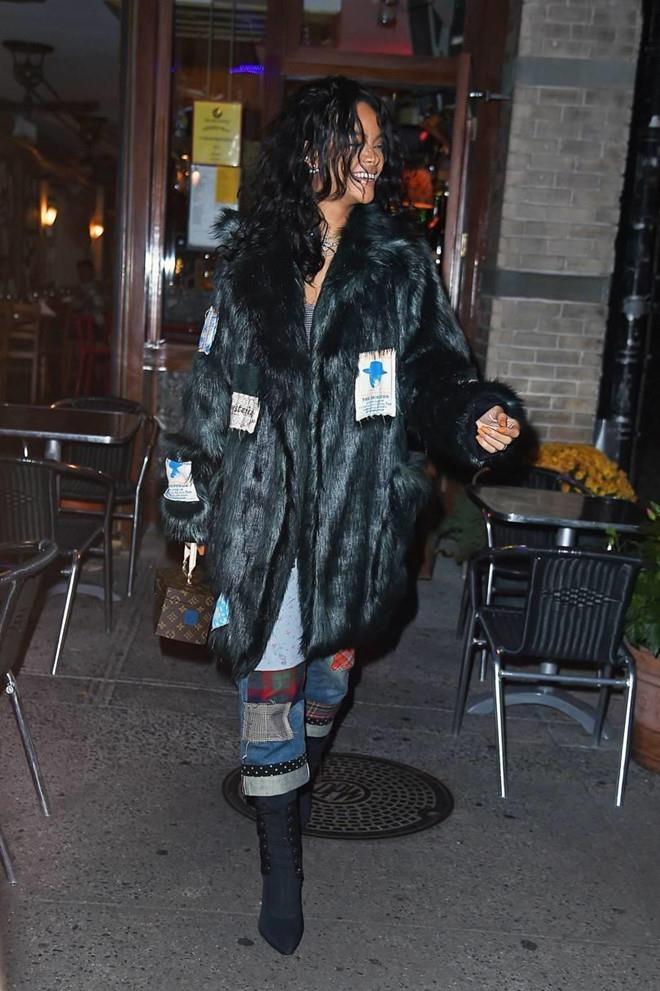 Rihanna bi bat gap xach tui Louis Vuitton 'khong ai co' tren tay hinh anh 2