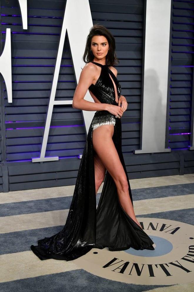 Kendall Jenner chuong mot vay lo nguc, cat xe qua da gay phan cam hinh anh 9