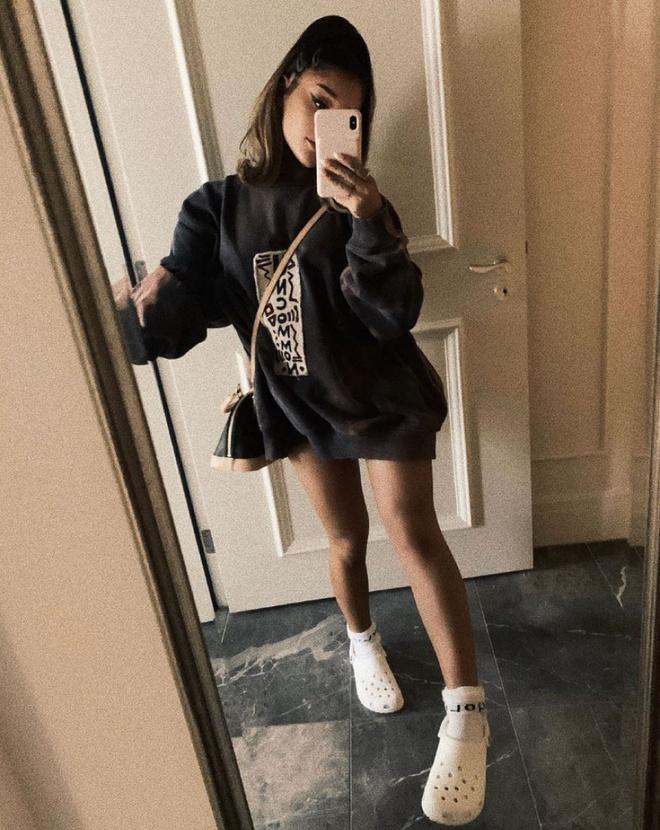 Ariana Grande lan dau chup anh di giay Crocs, fan lap tuc doi mua hinh anh 1