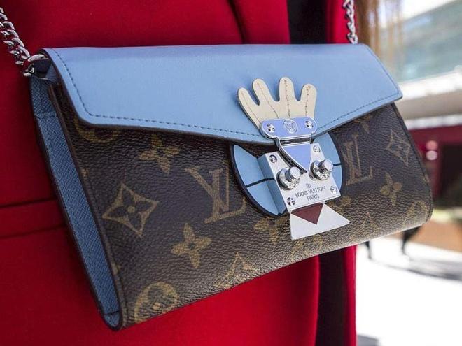 5 buoc don gian de phan biet tui Louis Vuitton that - gia hinh anh