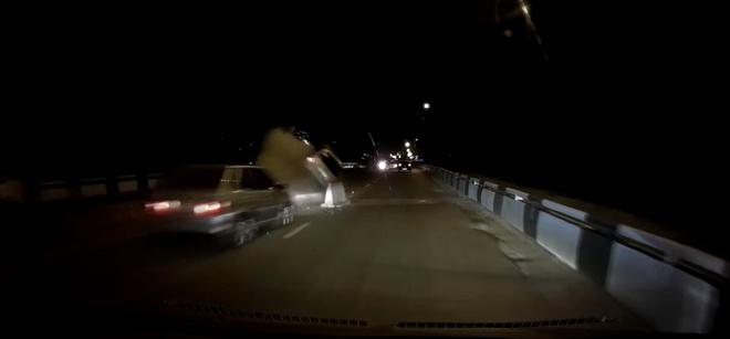 Sửa đường không đặt cảnh báo, hai ôtô gặp tai nạn khi đi qua cầu