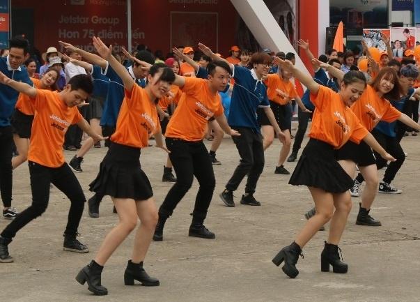 Jetstar Pacific va Vietnam Airlines dong dien flashmob hinh anh