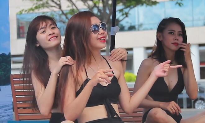 Ban tre dien bikini tao dang giua pho Sai Gon hinh anh