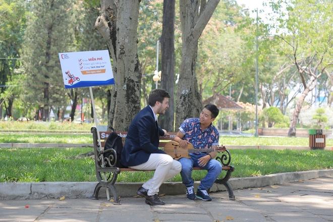 Chang trai nuoc ngoai chay xe om mien phi giua Sai Gon hinh anh 3