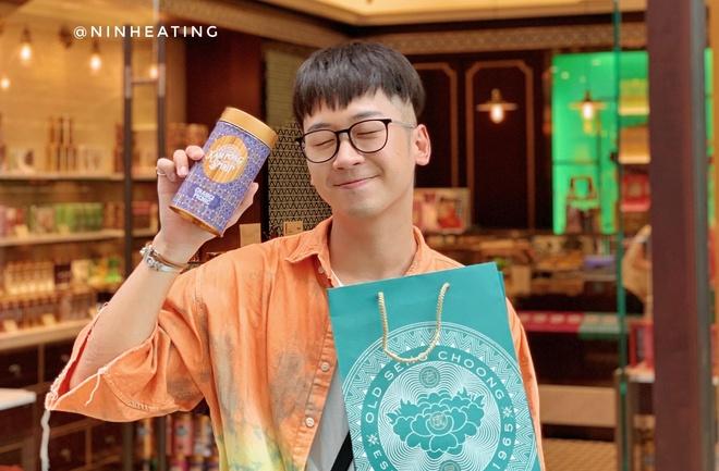 Video - Ninh Tito va thu thach mua qua duoi 25 SGD tai Singapore hinh anh