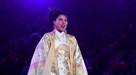 Nu danh ca Han Quoc gay an tuong khi the hien ca khuc chu de Olympic hinh anh