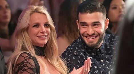 Britney Spears khoe clip tap nhay va om hon ban trai kem 13 tuoi hinh anh