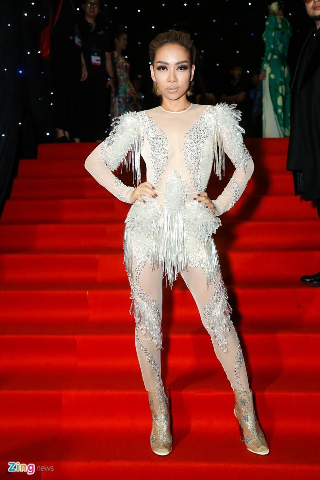 Son Tung, Angela Phuong Trinh gay chu y tren tham do Fashion Week hinh anh 17