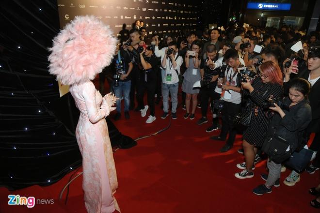Son Tung, Angela Phuong Trinh gay chu y tren tham do Fashion Week hinh anh 1