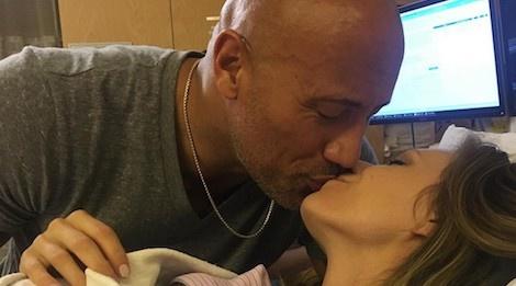'The Rock' Dwayne Johnson om hon va ca ngoi 9 thang mang bau cua vo hinh anh
