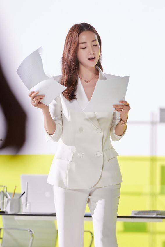 Nhan sac khong ty vet o tuoi U50 cua Choi Ji Woo trong anh hau truong hinh anh 10