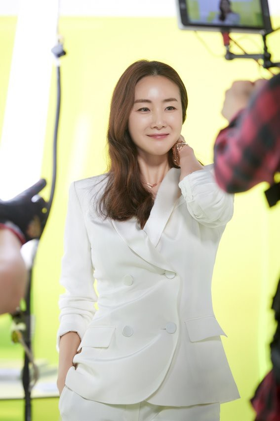 Nhan sac khong ty vet o tuoi U50 cua Choi Ji Woo trong anh hau truong hinh anh 9