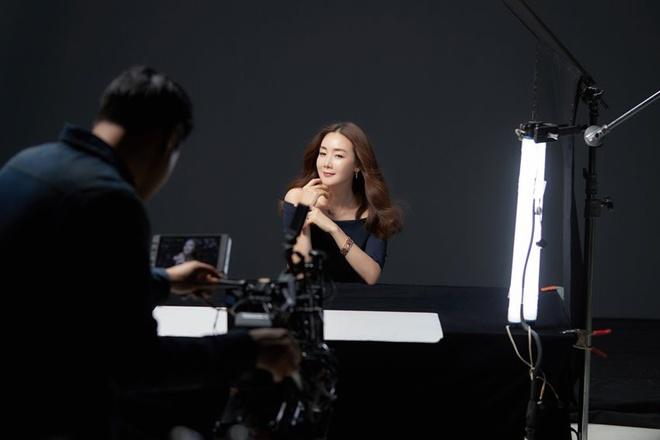 Nhan sac khong ty vet o tuoi U50 cua Choi Ji Woo trong anh hau truong hinh anh 3