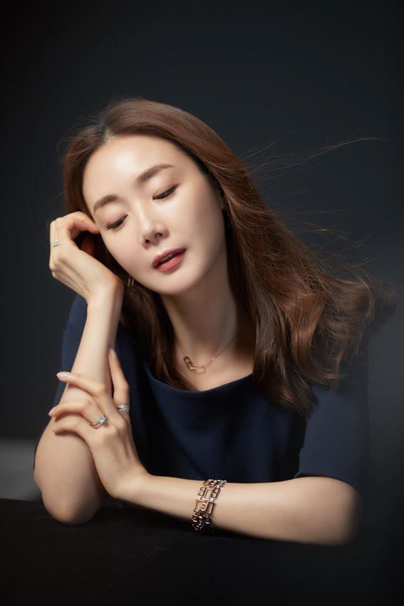 Nhan sac khong ty vet o tuoi U50 cua Choi Ji Woo trong anh hau truong hinh anh 6