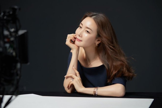 Nhan sac khong ty vet o tuoi U50 cua Choi Ji Woo trong anh hau truong hinh anh 5