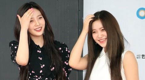 Red Velvet bi cac my nhan vo danh lan at nhan sac tren tham do hinh anh