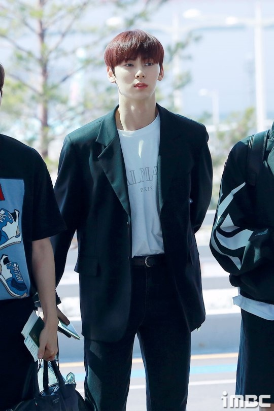 Lee Young Ae va hot boy 17 tuoi cua WANNA ONE thu hut chu y o san bay hinh anh 10