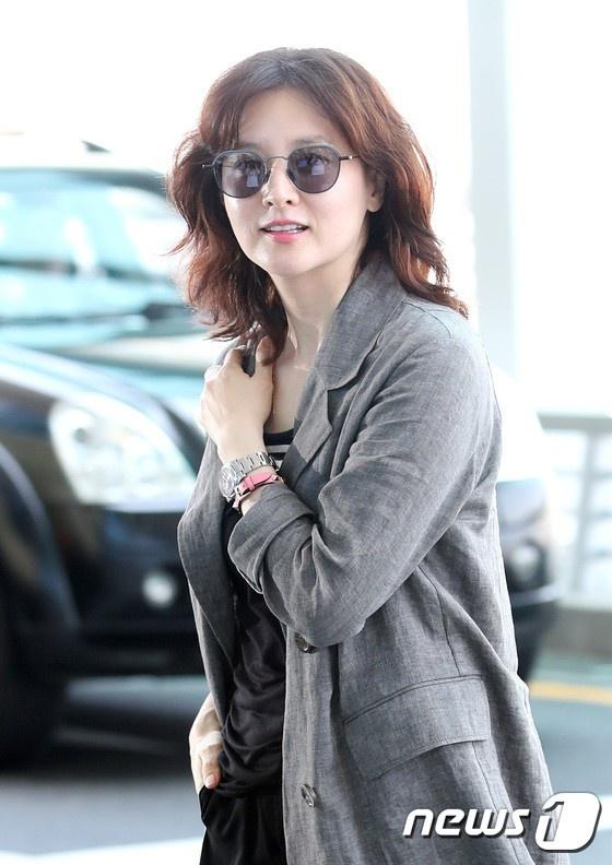 Lee Young Ae va hot boy 17 tuoi cua WANNA ONE thu hut chu y o san bay hinh anh 1