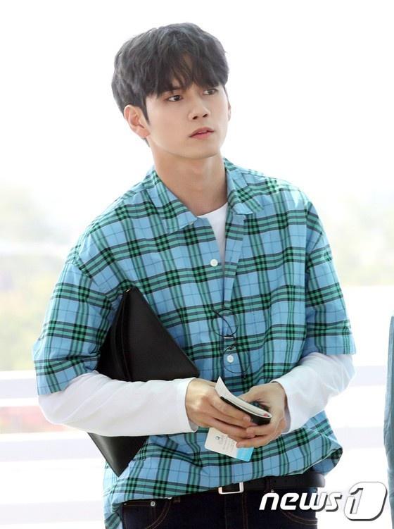 Lee Young Ae va hot boy 17 tuoi cua WANNA ONE thu hut chu y o san bay hinh anh 8