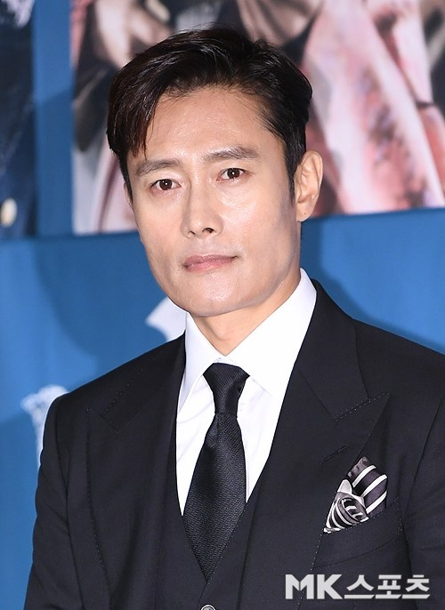"Lee Byung Hun dien trai ben canh ""nang hau dong tinh' Kim Tae Ri hinh anh 1"