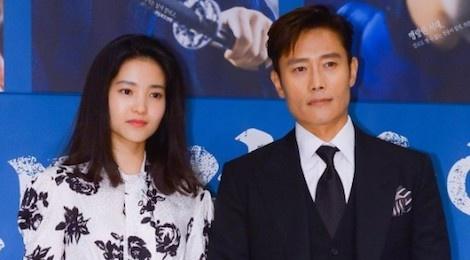 Lee Byung Hun dien trai ben canh