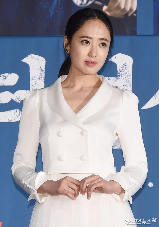 "Lee Byung Hun dien trai ben canh ""nang hau dong tinh' Kim Tae Ri hinh anh 8"