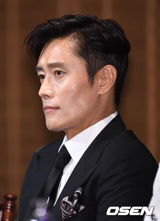 "Lee Byung Hun dien trai ben canh ""nang hau dong tinh' Kim Tae Ri hinh anh 2"